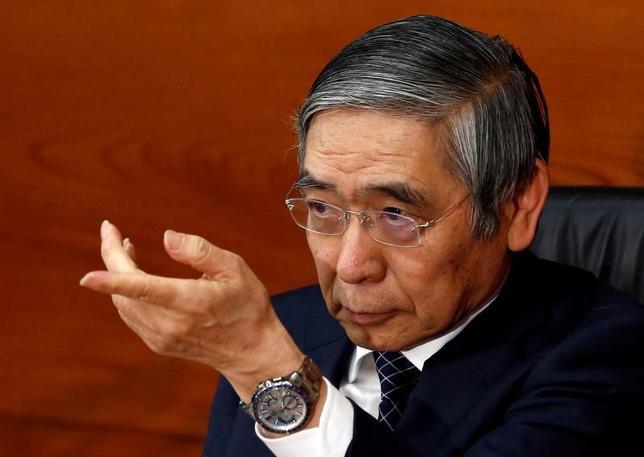 2月16日、黒田東彦日銀総裁は都内で講演し、低金利環境の長期化による預貸金利ざやの縮小などを背景に金融機関の収益力低下への対応が世界的にも課題になっているとし、収益力の向上に向けた金融機関間の合併・統合は選択肢の一つになり得る、と語った。写真は日銀本部での記者会見で、昨年11月撮影(2017年 ロイター/Kim Kyung-Hoon)