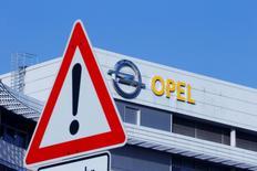 General Motors y el grupo PSA registraron en enero ventas más débiles que otros importantes fabricantes en Europa, en un momento en el que abordan la posible compra de las operaciones automovilísticas europeas de GM por parte de PSA. En la imagen, el logo del fabricante alemán Opel en la sede de la compañía en Ruesselsheim , Alemania, el 15 de febreri de 2017.  REUTERS/Ralph Orlowski