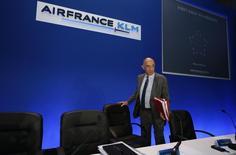 """Air France-KLM informó de un beneficio operativo mejor que el esperado para 2016 y dijo que había hecho un inicio """"robusto"""" de 2017, al tiempo que prometió más esfuerzo para reducir costes este año. En la imagen, Jean-Marc Janaillac, consejero delegado de Air France-KLM, llega a la presentación de resultados del primer semestre de 2016 de la compañía en París, Francia, el 27 de julio de 2016. REUTERS/John Schults"""