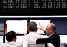 Las acciones europeas se estabilizaban el jueves después de subir durante las últimas siete sesiones, con el avance de las aerolíneas compensando la debilidad de los valores mineros y el desplome del grupo británico de ingeniería Cobham tras anunciar resultados. En la imagen, operadores miran a pantallas en la Bolsa de Fráncfort, Alemania, el 15 de febrero de 2017. REUTERS/Ralph Orlowski
