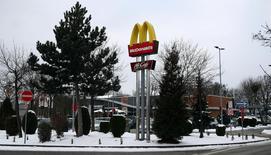 Un cabinet de consultants chinois a porté plainte contre McDonald's, affirmant que la vente des actifs chinois du géant de la restauration rapide pourrait nuire au personnel et aux consommateurs. /Photo prise le 17 janvier 2017/REUTERS/Michael Dalder