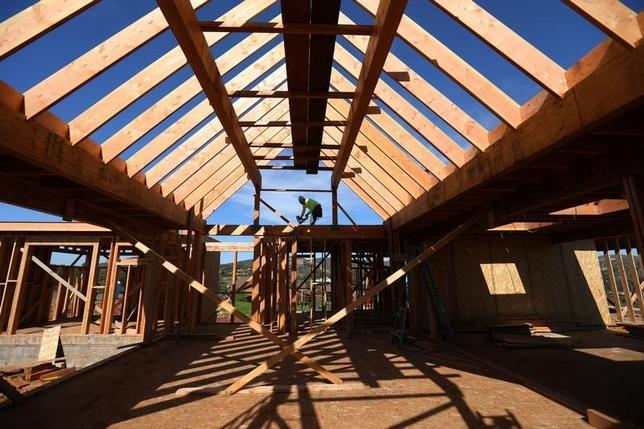 2月16日、1月の米住宅着工件数は2.6%減の年率124万6000戸となった。写真はカリフォルニア州の住宅建設現場。今月15日撮影。(2017年 ロイター/Mike Blake)