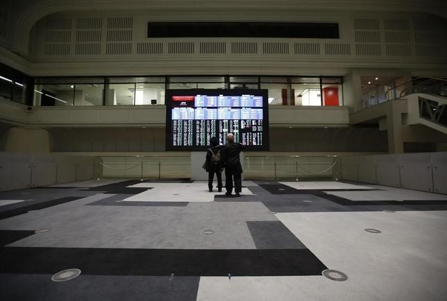 2月17日、寄り付きの東京株式市場で、日経平均は前日比118円79銭安の1万9228円74銭となり、続落して始まった。東京証券取引所で2016年2月撮影(2017年 ロイター/Issei Kato)