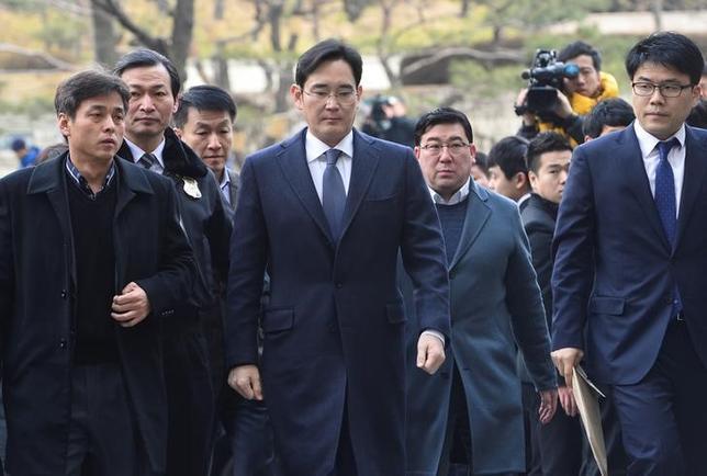 2月17日、韓国の朴槿恵大統領の親友、崔順実被告らをめぐる疑惑を調べている特別検察官チームは、贈賄容疑などでサムスン電子副会長の李在鎔(イ・ジェヨン)容疑者を逮捕した。ソウルで16日撮影、提供写真(2017年 ロイター/News1)