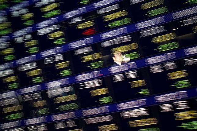 2月17日、前場の東京株式市場で日経平均は前日比110円26銭安の1万9237円27銭となり、続落した。写真は都内にある証券会社の株価ボード。2015年8月撮影(2017年 ロイター/Issei Kato)