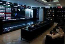 La Bourse saoudienne à Riyad. Sarah Al-Souhaimi, directrice générale de la banque d'investissement NCB Capital, a été nommée jeudi présidente de la Bourse saoudienne, première femme à accéder à ce poste dans le royaume. /Photo d'archives/REUTERS/Faisal Al Nasser