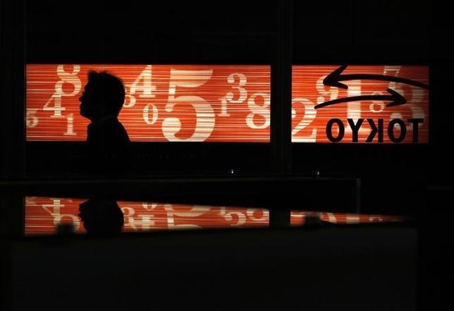 2月17日、東京株式市場で日経平均は続落した。為替が1ドル113円台前半まで円高方向に振れたことが主力輸出株の重しとなったほか、週末要因による利益確定売りも出た。写真は東京証券取引所で2012年6月撮影(2017年 ロイター/Yuriko Nakao)