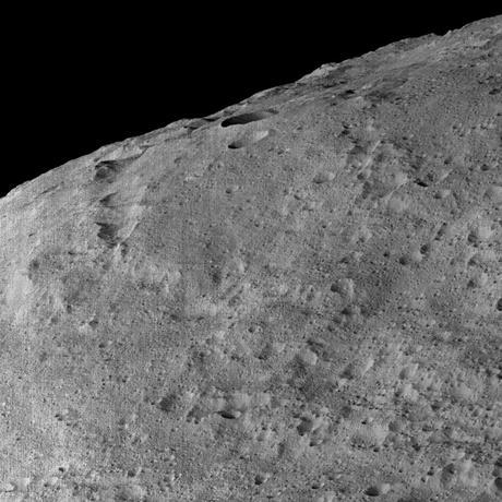 2月16日、米航空宇宙局(NASA)の宇宙探査機が、火星と木星の間にある小惑星帯(アステロイドベルト)の準惑星ケレス(セレス)から、地球で生命体形成の成分となった可能性のある炭素系物質に近い物質を発見した。科学誌サイエンスに掲載された。写真は昨年12月撮影の提供写真(2017年 ロイター/NASA/JPL-Caltech/UCLA/MPS/DLR/IDA/