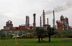 НПЗ Essar Oil в Вадинаре, штат Гуджарат, Индия. Цены на нефть сохраняют положительную динамику в ходе утренних торгов в пятницу благодаря сообщениям о возможном продлении пакта ОПЕК о сокращении добычи.  REUTERS/Amit Dave/File Photo