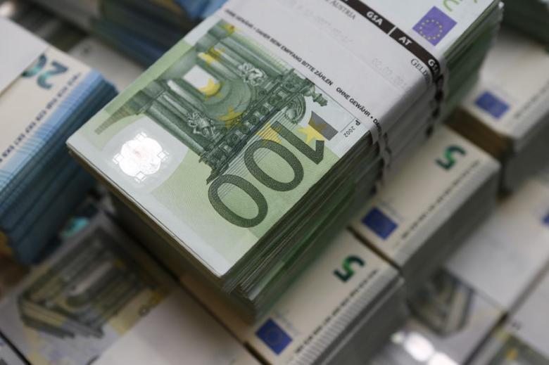 2016年3月在维也纳拍摄的欧元纸币。REUTERS/Leonhard Foeger