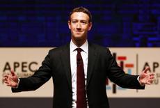 """El director general de Facebook Inc, Mark Zuckerberg, expuso el jueves una visión de su compañía como baluarte contra el creciente aislacionismo, defendiendo en una carta a sus usuarios que la plataforma de la empresa podría ser una """"infraestructura social"""" para el globo. En la imagen de archivo, Zuckerberg se dirige a la audiencia en una reunión con motivo de la cumbre de directores generales del Foro de Cooperación Económica Asia-Pacífico celebrada en Lima, Perú. 19 de noviembre de 2016. REUTERS/Mariana Bazo"""
