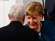"""La canciller alemana, Angela Merkel, dijo el viernes que había un """"problema"""" con el valor del euro porque el Banco Central Europeo estaba adaptando sus políticas a los miembros más débiles de la zona euro y no estrictamente a Alemania.  En la imagen,  Merkel habla con el vicepresidente de EEUU, Mike Pence, tras hablar en la Conferencia de Seguridad de Múnich, el 18 de febrero de 2017.  REUTERS/Michaela Rehle"""