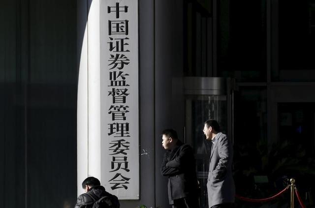 2月17日、中国企業はここ3年、盛んに株式の私募発行を行ってきたが、当局が投機的な慣行や怪しげな資金使途に目を光らせ始めたため、ブームは風前の灯となっている。北京の中国証券監督管理委員会前で昨年1月撮影(2017年 ロイター/Jason Lee)