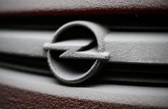 PSA Peugeot Citroën a promis au gouvernement allemand de conserver les quatre sites de production d'Opel en Allemagne dans le cadre du projet de rachat par le constructeur automobile français de la filiale européenne de l'américain General Motors. Des sources gouvernementales ont dit à Reuters que PSA était sensible aux exigences allemandes en matière de préservation de sites, d'emplois et d'accords de branche. /Photo prise le 17 décembre 2016/REUTERS/Kacper Pempel