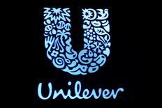 El logo de Unilever se muestra en una pantalla en la Bolsa de Valores de Nueva York (NYSE), EEUU, 17 de febrero, 2017. La compañía estadounidense de alimentos Kraft Heinz Co accedió a retirar una propuesta de fusión por 143.000 millones de dólares con su rival anglo-holandesa Unilever Plc, informaron el domingo ambas empresas. REUTERS/Brendan McDermid