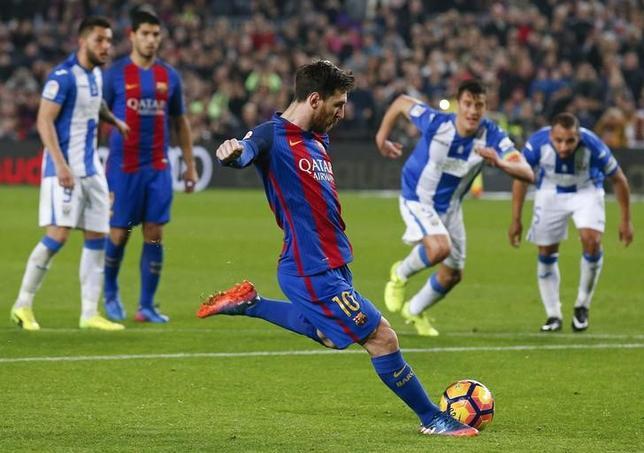 2月19日、サッカーのスペイン1部、バルセロナはホームでレガネスに2─1で辛勝した。写真中央は決勝点となった終了間際のPKを蹴るリオネル・メッシ(2017年 ロイター/Albert Gea)