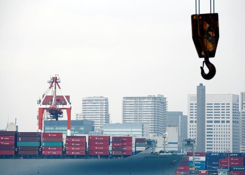 2016年8月资料图,日本东京一处港口内停泊的一艘货轮。REUTERS/Kim Kyung-Hoon
