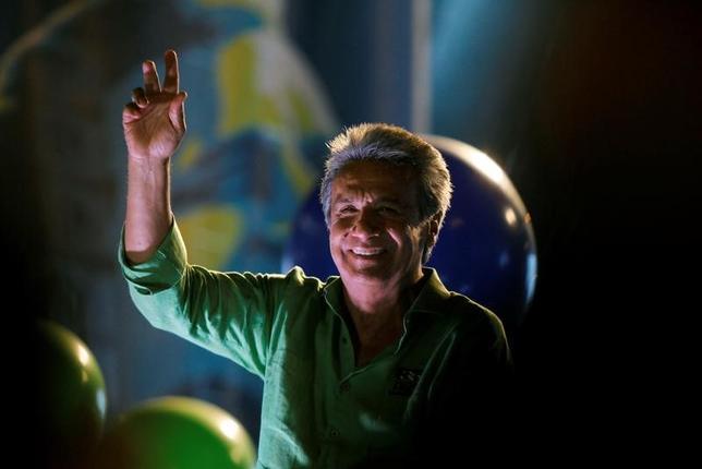 2月19日、エクアドルで、コレア大統領の任期満了に伴う大統領選挙の投開票が行われ、選挙管理委員会の中間発表によると、左派のレニン・モレノ副大統領(63)がリードしている。写真は最後の選挙集会でスピーチを行うモレノ副大統領。エクアドルのグアヤキルで16日撮影(2017年 ロイター/Guillermo Granja)