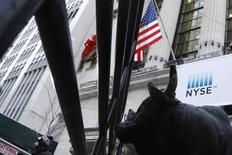 Les investisseurs étudieront de près les résultats des grands noms de la distribution aux Etats-Unis pour voir si Wall Street, où le Dow Jones est sur une série de sept records de clôture de suite, a encore des marges de progression à court terme. /Photo prise le 6 janvier 2017/REUTERS/Lucas Jackson