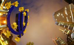 El símbolo del euro junto a la sede del Banco Central Europeo (BCE) en Fráncfort, Alemania. 2 septiembre 2013. Los inversores de la zona euro están retirando del bloque un porcentaje cada vez mayor de su dinero, según datos del Banco Central Europeo divulgados el lunes, lo que destaca la creciente intranquilidad pese a la recuperación económica de la región y al apoyo continuo del BCE.REUTERS/Kai Pfaffenbach