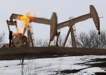 Станки-качалки в Уиллистоне, Северная Дакота 11 марта 2013 года. Цены на нефть продолжают расти на торгах во вторник - хедж-фонды увеличивают ставки на дальнейший рост котировок вслед за решением ОПЕК сократить добычу. REUTERS/Shannon Stapleton