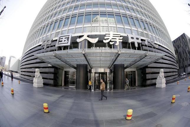 2月20日、中国の保険会社が株式投資への選好を強めており、規制当局は当然ながら懸念を抱いている。写真は、北京にある中国人寿保険の本社ビル。昨年3月撮影(2017年 ロイター/Jason Lee)