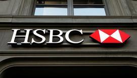 HSBC Holdings registró una caída de un 62 por ciento en sus beneficios anuales antes de impuestos debido a unos cargos extraordinarios relacionados con algunos negocios, y anunció una nueva recompra de acciones por 1.000 millones de dólares. En la image, el logo del banco HSBC en una sucursal en Zúrich, Suiza, el 10 de febrero de 2015.   REUTERS/Arnd Wiegmann/File Photo