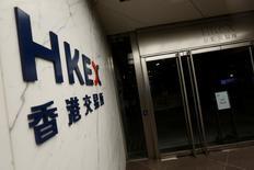 Логотип у входа в здание Гонконгской фондовой биржи в Гонконге 21 октября 2016 года. Китайские фондовые индексы продолжили расти во вторник и закрылись вблизи трехмесячных максимумов, поскольку ожидания притока средств пенсионных фондов на рынки акций по-прежнему подогревают аппетит к риску. REUTERS/Bobby Yip