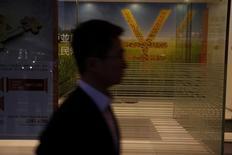 Знак юаня в здании банка Гонконга. Народный банк Китая объявил, что намерен расширить преференциальную схему для некоторых банков, высвободив дополнительные средства на кредитование, если они будут направлять средства слабым, нуждающимся секторам экономики.   REUTERS/Bobby Yip/File Photo
