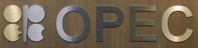 El logo de la Organización de Países Exportadores de Petróleo en su sede en Viena, Austria. 10 de diciembre 2016.Los países de la OPEP aspiran a aumentar el cumplimiento de su pacto de reducción de producción petrolera, aplicando recortes adicionales al bombeo en base a los máximos de enero, dijo el martes el secretario general del cartel.  REUTERS/Heinz-Peter Bader