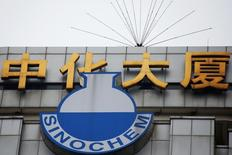 Логотип Sinochem на здании штаб-квартиры компании в Пекине. Из-за рекордно низких цен на нефть китайская государственная нефтехимическая компания Sinochem задумалась о продаже своей 40-процентной доли в бразильском шельфовом месторождении Peregrino, некогда ключевого актива. REUTERS/Damir Sagolj
