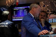 Трейдеры на Уолл-стрит. Фондовые индексы США открыли торги вторника, обновив рекордные максимумы, так как цены на нефть выросли, а инвесторы радушно восприняли результаты ведущих американских ритейлеров. REUTERS/Lucas Jackson