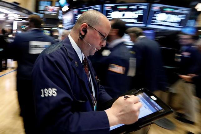 2月21日、米国株式市場は続伸。主要3指数がいずれも終値ベースで過去最高値を更新。決算が堅調だった小売企業株の上昇が株価をけん引したほか、トランプ米大統領の経済政策に対する楽観的な見方からの買いも続いた。NYSEで17日撮影(2017年 ロイター/Brendan McDermid)
