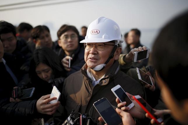2月22日、韓国の柳一鎬(ユ・イルホ)企画財政相(写真中央)は、次回の20カ国・地域(G20)財務相・中央銀行総裁会議で、ムニューシン米財務長官との会談を申し入れる方針を示した。写真は韓国ピョンテクで昨年1月撮影(2017年 ロイター/Kim Hong-Ji)