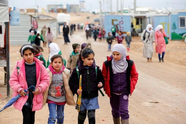 2月22日、国際人権団体アムネスティ・インターナショナルは、新たな年次報告書を発行し、トランプ米大統領の「悪意ある」レトリック(修辞学)は、2016年の世界のトレンドを次第に対立的な政策へと導き、世界を「より暗い、不安定な」場所にしたと語った。写真はシリア国境に近いヨルダン・マフラク市のザータリ難民キャンプから、学校に通うシリア難民の子供たち。昨年12月撮影(2017年 ロイター/Muhammad Hamed)