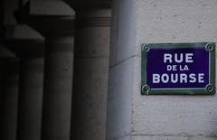 Les principales Bourses européennes ont ouvert en hausse mercredi, soutenues notamment par les secteurs bancaire et industriel. À Paris, l'indice CAC 40 gagne 0,62% à 4.911,92 points vers 8h45 GMT. À Francfort, le Dax prend 0,37% et à Londres, le FTSE progresse de 0,13%. /Photo d'archives/REUTERS/Christian Hartmann