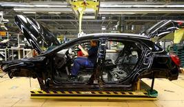En la imagen, un empleado de Mercedes Benz trabaja en el montaje de un vehículo en Rastatt, Alemania, el 22 de enero de 2016. La confianza empresarial alemana subió inesperadamente en febrero e igualó un máximo de 33 meses alcanzado en diciembre, mostró el miércoles un sondeo, lo que sugiere que los ejecutivos de las compañías son más optimistas sobre las expectativas de crecimiento de la mayor economía de Europa.  REUTERS/Kai Pfaffenbach