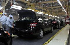 Empleados trabajan en la línea de producción en la planta de Nissan en Aguascalientes, México. 12 de noviembre 2013. La economía de México se desaceleró en el cuarto trimestre de 2016, frente a los tres meses anteriores, por una caída de la actividad primaria y un menor crecimiento de los servicios, según cifras divulgadas el miércoles por el instituto nacional de estadísticas INEGI.REUTERS/Henry Romero (MEXICO - Tags: TRANSPORT BUSINESS EMPLOYMENT) - RTX15AXX