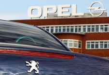 PSA prévoit d'atteindre cinq millions de ventes combinées d'ici 2022 grâce à son projet d'acquisition d'Opel/Vauxhall qu'il compte finaliser dès le début mars, ont déclaré mercredi à Reuters plusieurs sources proches du dossier. /Photo d'archives/REUTERS/Ina Fassbender