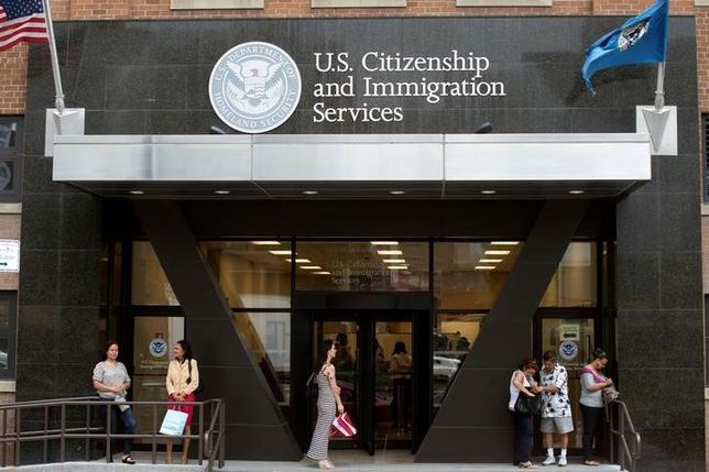 2月22日、米ホワイトハウスは、米国への入国制限に関する新たな大統領令の発表を延期した。写真はニューヨークの市民権移民局、2012年8月撮影(2017年 ロイター/Keith Bedford)