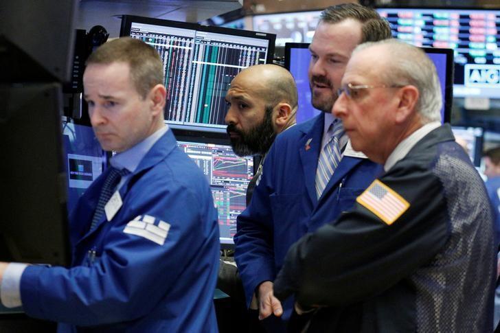 2月22日,美国纽约证交所内的交易员们。REUTERS/Brendan McDermid