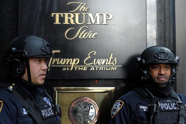 2月22日、トランプ米大統領が所有するニューヨーク・マンハッタンの「トランプタワー」の警備に関連し、米大統領選投票日から大統領就任式までの間に、約2400万ドルの費用がかかったことがわかった。写真はトランプタワーを警備するニューヨーク市警の警官。マンハッタンで昨年11月撮影(2017年 ロイター/Darren Ornitz)