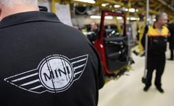 La production automobile britannique a enregistré en janvier une hausse de 7,5% sur un an, atteignant un plus haut depuis 2008, la demande soutenue pour les exportations de voitures ayant compensé une baisse dans le pays, montre des données publiées jeudi par la SMMT, la fédération du secteur. /Photo d'archives/REUTERS/Leon Neal