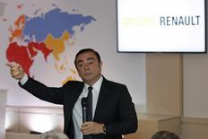 Nissan Motor a annoncé jeudi que Carlos Ghosn, aux commandes du deuxième constructeur automobile japonais depuis 16 ans, allait démissionner de son poste de directeur général pour laisser les rênes à Hiroto Saikawa, un vétéran du groupe. /Photo prise le 10 février 2017/REUTERS/Philippe Wojazer