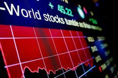 IMAGEN DE ARCHIVO. Una tabla electrónica exhibe pérdidas del Dow Jones en Nueva York, Estados Unidos. 24 de junio 2016. Los activos de los fondos de cobertura que invierten en mercados emergentes superaron la marca de 200.000 millones de dólares por primera vez tras aumentar en 9.300 millones de dólares en 2016, según datos de la firma Hedge Fund Research (HFR).  REUTERS/Lucas Jackson/File Photo