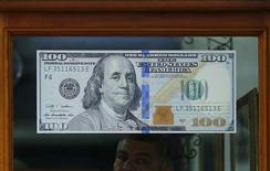 Nota de dólar vista em casa de câmbio no Rio de Janeiro.     24/10/2015    REUTERS/Ricardo Moraes