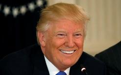 El presidente de Estados Unidos, Donald Trump, en una reunión con ejecutivos empresariales en Washington, feb 23, 2017. Trump dijo el jueves a unos veinte presidentes ejecutivos de las principales compañías estadounidenses que planeaba traer millones de empleos de nuevo al país.     REUTERS/Kevin Lamarque