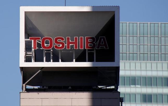 2月24日、東芝は、メモリー事業を分社化するとともに、新会社株式の過半売却を含め検討すると正式発表した。写真は都内で1月撮影(2017年 ロイター/Toru Hanai)