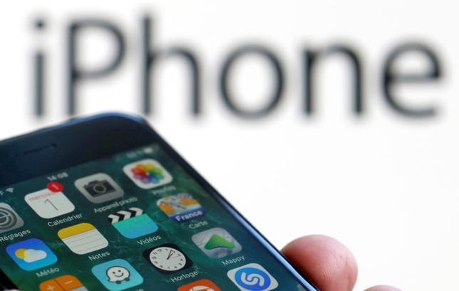 2月23日、米アップルはiPhone発売開始から節目の10年を迎え、今秋には待望の次期機種を投入するが、それは図らずも、スマホ市場がいかに成熟してしまったかを物語ることになりそうだ。写真はiPhone7とロゴ。仏ボルドーで1日撮影(2017年 ロイター/Regis Duvignau)