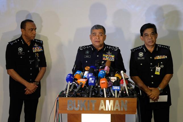 2月24日、マレーシア警察は、北朝鮮の金正恩朝鮮労働党委員長の異母兄、金正男氏がクアラルンプール国際空港で、猛毒の神経剤VXガスを使って殺害されたことを受け、放射性物質の痕跡がないかどうか、同空港およびその他の施設をくまなく捜索すると発表した。写真中央はカリド・アブバカル警察長官。22日クアラルンプールの警察本部で行われた記者会見で撮影(2017年 ロイター/Athit Perawongmetha)